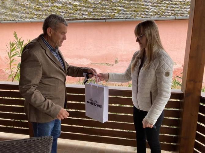 Fehérvári Tamás elnök adta át a nyereményt